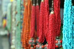 Ornamenti variopinti da un negozio delle signore Fotografia Stock