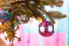 Ornamenti variopinti decorati su un albero di Natale Immagini Stock Libere da Diritti