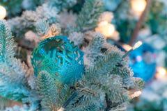 Ornamenti variopinti decorati su un albero di Natale Immagini Stock