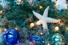 Ornamenti variopinti decorati su un albero di Natale Immagine Stock