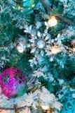 Ornamenti variopinti decorati su un albero di Natale Fotografie Stock