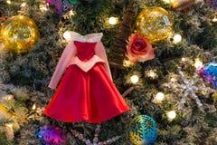 Ornamenti variopinti decorati su un albero di Natale Immagine Stock Libera da Diritti