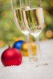 Ornamenti variopinti e Champagne Glasses di Natale su neve Fotografia Stock