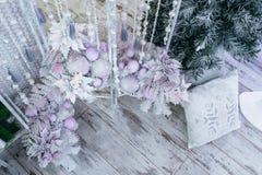 Ornamenti vicino all'albero di Natale Fotografia Stock Libera da Diritti