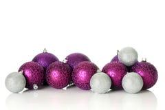 Ornamenti viola di natale fotografie stock