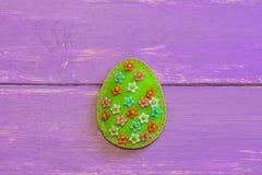 Ornamento adorável do ovo da páscoa de feltro com teste padrão floral em um fundo de madeira com espaço da cópia Costura simples  fotos de stock