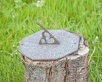 Ornamento adornado del jardín del reloj de sol Fotos de archivo