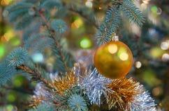 Ornamento amarillo de la decoración de la Navidad fotografía de archivo libre de regalías