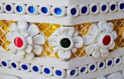 Ornamento asiático do mosaico na coluna do templo foto de stock