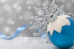 Ornamento azul de la Navidad con la cinta Imagen de archivo libre de regalías