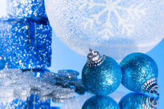 Ornamento azul de la Navidad en un espejo Fotografía de archivo