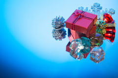 Ornamento azul rojo de la Navidad de la caja de regalo en un espejo Imágenes de archivo libres de regalías