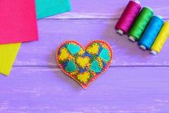 Ornamento bordado del corazón El ornamento del corazón del día de tarjetas del día de San Valentín, sistema del hilo, fieltro col Fotografía de archivo