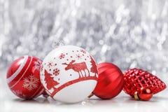 Ornamento brancos e vermelhos do Natal no fundo do bokeh do brilho com espaço para o texto Xmas e ano novo feliz Foto de Stock