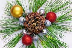 Ornamento brillante de la Navidad de las puntillas del pino, del cono y de la Navidad b Imagen de archivo