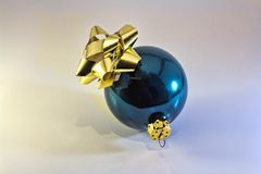Ornamento brillante de Navidad con el arco de oro Fotografía de archivo libre de regalías