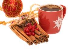 Ornamento, cannella e tazza della bagattella dell'albero di Natale Fotografia Stock Libera da Diritti