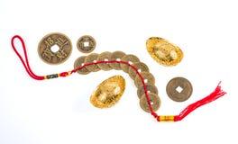 Ornamento chino del Año Nuevo, monedas de oro y lingotes en el backgr blanco Fotografía de archivo