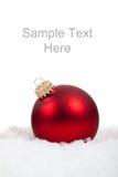 Ornamento/chuchería rojos de la bola de la Navidad en blanco fotografía de archivo
