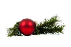 Ornamento/chuchería rojos de la Navidad con la ramificación del pino imágenes de archivo libres de regalías