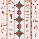 Ornamento colorido de Egipto con las siluetas de los jeroglíficos egipcios antiguos Fotografía de archivo libre de regalías