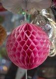 Ornamento colorido de papel da esfera Suspensão na cor cor-de-rosa e para ter testes padrões imagens de stock royalty free