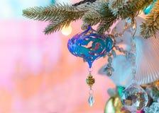 Ornamento coloridos decorados em uma árvore de Natal Fotografia de Stock Royalty Free