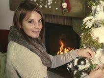 Ornamento conmovedor de la Navidad de la mujer joven Fotos de archivo libres de regalías