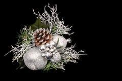 Ornamento d'argento e verde di bianco, di natale con il cono del pino Immagini Stock Libere da Diritti