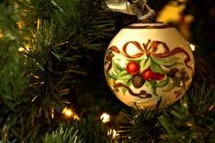 Ornamento da árvore de Natal na árvore imagens de stock