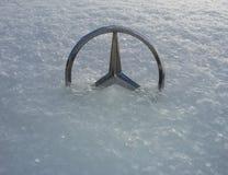 Ornamento da capa da mascote de Mercedes-Benz metade-enterrado na mostra macia em Rostov-On-Don, Rússia fotografia de stock