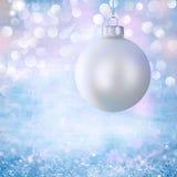 Ornamento da esfera do Natal branco do vintage sobre Grunge Imagens de Stock Royalty Free