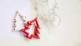 Ornamento das árvores de Natal com a decoração da festão das pérolas, parte superior Imagens de Stock Royalty Free
