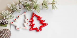 Ornamento das árvores de Natal com o sp nevado do ramo e da cópia de árvore do abeto Imagem de Stock