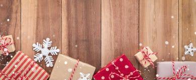 Ornamento das caixas de presente e do Natal no fundo de madeira Foto de Stock Royalty Free