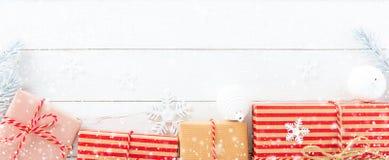 Ornamento das caixas de presente e do Natal no fundo de madeira branco Fotografia de Stock Royalty Free