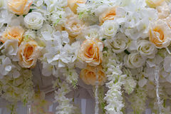 Ornamento das rosas e dos lírios para o banquete de casamento Fotografia de Stock
