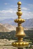 Ornamento de cobre amarillo de la azotea, Ladakh foto de archivo
