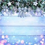 Ornamento de Garland With Bow And Silver do Natal no fundo de madeira imagem de stock royalty free