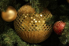 Ornamento de la bola del oro imagenes de archivo