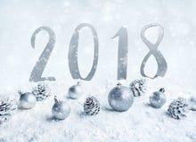 Ornamento de la bola de la Navidad con el umber 2018 en nieve Imagen de archivo libre de regalías