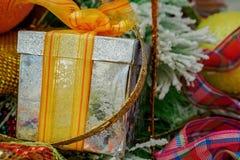 Ornamento de la caja y de la Navidad de la cinta Imagenes de archivo