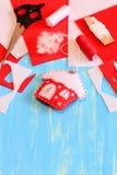 Ornamento de la casa de la Navidad cosido del fieltro, de las tijeras, de las hojas y de los pedazos rojos y blancos, aguja, carr Foto de archivo libre de regalías