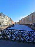Ornamento de la cerca del puente y de la vista del canal imagen de archivo