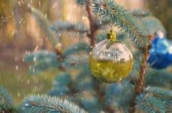 Ornamento de la decoración de la bola de la Navidad imágenes de archivo libres de regalías