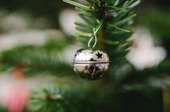 Ornamento de la decoración de la Navidad en árbol de pino verde de Navidad Fotos de archivo libres de regalías