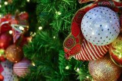 Ornamento de la malla de la Navidad que adorna en el árbol de navidad Imágenes de archivo libres de regalías