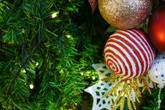 Ornamento de la malla de la Navidad que adorna en el árbol de navidad Fotografía de archivo