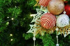 Ornamento de la malla de la Navidad que adorna en el árbol de navidad Fotos de archivo