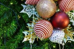 Ornamento de la malla de la Navidad que adorna en el árbol de navidad Imagen de archivo libre de regalías